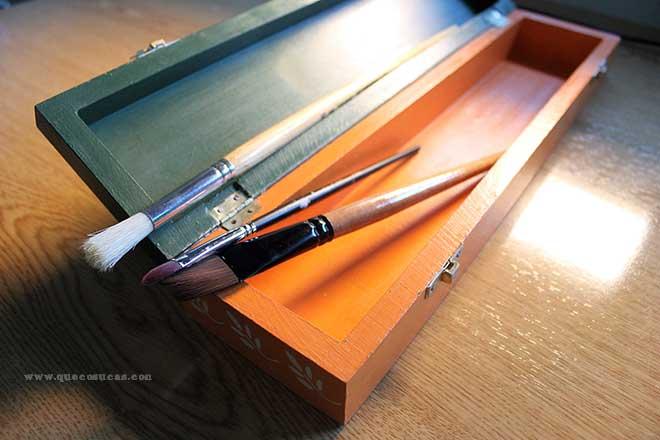caja madera decorada pinceles